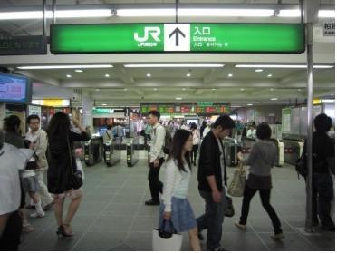 人の出入りが多い柏駅改札です