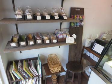 クッキーや紅茶も販売しています
